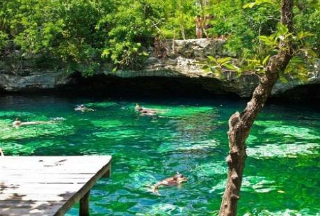 Du khách vui thích khám phá vùng nước trong vắt của một hố tự nhiên