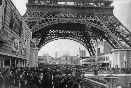Đông đảo khách tham quan tháp tại triển lãm 1889 Universelle tại Paris.