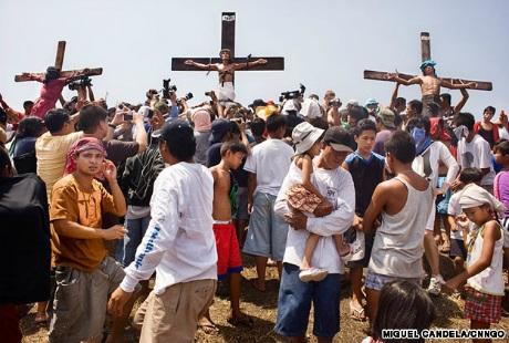 Những người dân nơi đây coi việc đóng đinh vào chân tay là một hoạt động đền ơn chúa Giêsu.
