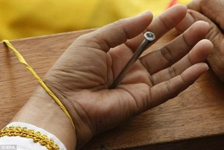 Khi đóng, đinh phải đảm bảo xuyên thẳng tận vào cây gỗ thánh giá.