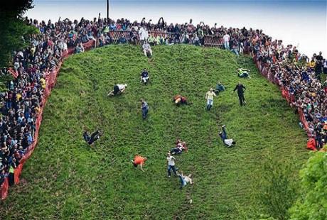 Kỳ quái lễ hội đuổi bắt... pho mát lăn ở Anh