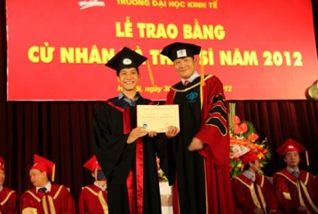 Vũ Xuân hòa trong buổi lễ nhận bằng tốt nghiệp Đại Học.