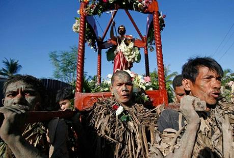 Họ rước tượng thánh John quanh làng.