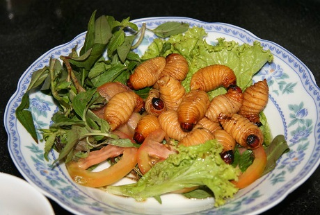 Đuông dừa thường được ăn kèm với nhiều loại rau thơm khác nhau