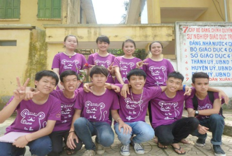 Nguyễn Đức Giang (ngoài cùng bên trái) chụp ảnh với những người bạn. (Ảnh; NVCC)