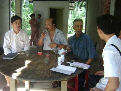 Người dân ấp Phú Đăng bàn tán về chuyện lây nhiễm HIV (Ảnh: Lao động)