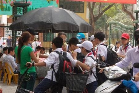 Một hàng ăn rong trước cổng Trường THCS Khương Trung.