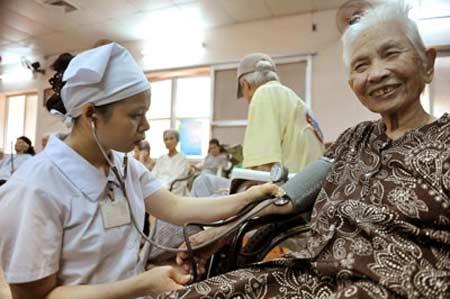 Người già cần được khám sức khoẻ thường xuyên