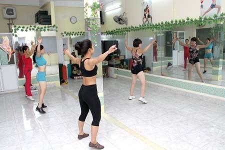 Các bài tập aerobic và các bài tập sức mạnh đều giúp giảm đau và cải thiện chức năng khớp.