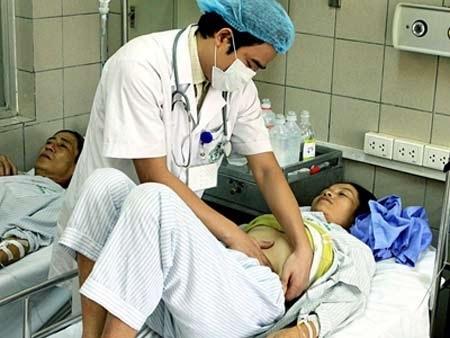 Bác sỹ điều trị cho bệnh nhân dùng thuốc tẩy trắng da. Ảnh: T.H.