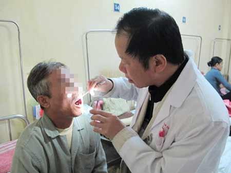 Thăm khám một bệnh nhân bị ung thư lưỡi sau khi đã phẫu thuật ở Bệnh viện K