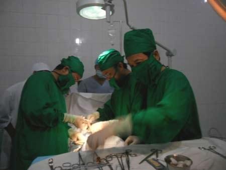 Các bác sĩ của TT đang thực hiện phẫu thuật cho cô giáoVõ Thị Hoa