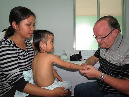 Khám cho một bệnh nhi bị di chứng phỏng tại Bệnh viện Chỉnh hình và Phục hồi chức năng TPHCM