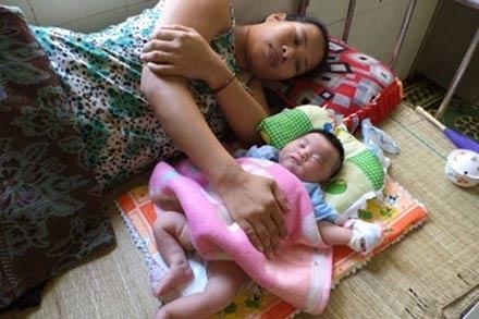 Chị Nhi hạnh phúc bên con gái mới sinh của mình.