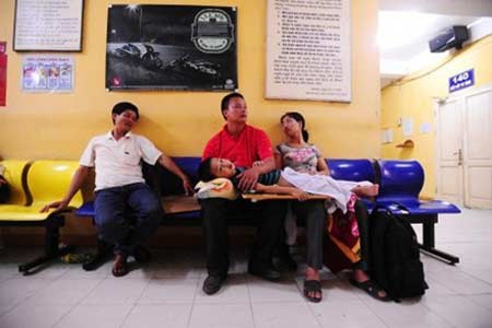 Bệnh nhân chờ được khám tại BV Việt - Đức (Hà Nội) ngày 23/4.