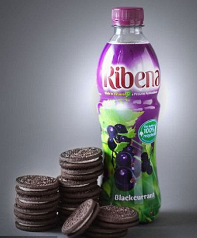 Lượng đường trong 1 chai nước blackcurrants này tương đương với 13 cái bánh Oreo (52,6g đường)