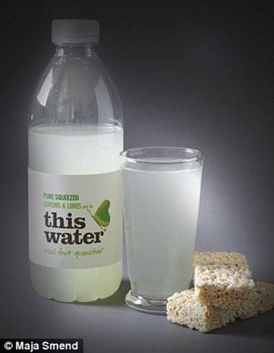 Lượng đường trong chai nước chanh này tương đương 2 cái bánh gạo (21,3g đường).
