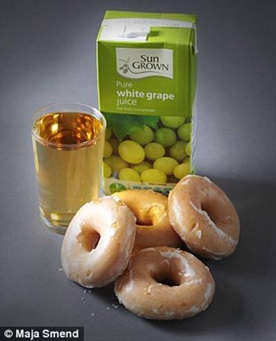 Lượng đường trong hộp nước nho trắng này tương đương với 4 chiếc bánh rán vòng (42g đường).