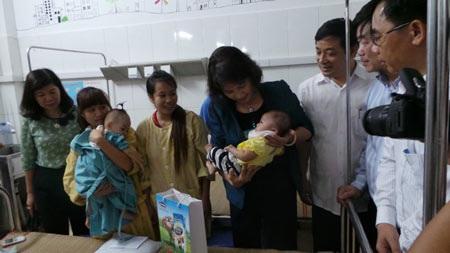Bà Kim Ngân đi thăm và trao quà cho các bệnh nhi vừa mổ xong