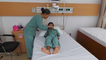 Bé Chung và bà sau phẫu thuật