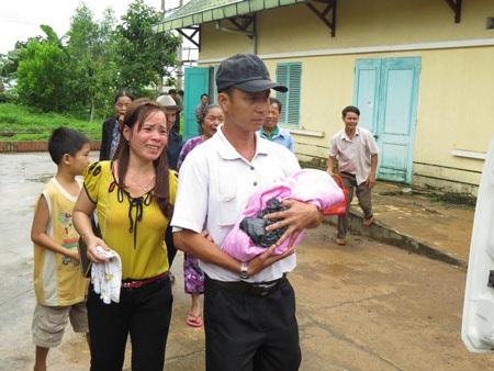 Nước mắt người thân của gia đình sản phụ Nguyễn Thị Nga khi nhận xác cháu