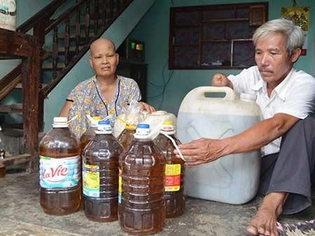 Người dân vất vả sau một mùa đậu nhưng sau khi ép, dầu bị thâm đen, đóng cặn không thể sử dụng