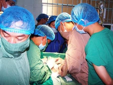 Các bác sĩ đang tiến hànhphẫu thuật tách rời