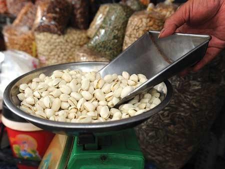 Hầu hết hạt dẻ bán trên thị trường đều có vỏ trắng ruột xanh. Ảnh: Phan Quang