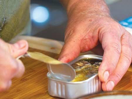 Nếu có nghi ngờ, tốt nhất không ăn hoặc chỉ ăn sau khi nấu chín kỹ. Ảnh: Vi Thoại