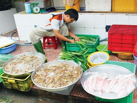 Tốt nhất chỉ nên mua hải sản ở những địa chỉ quen thuộc, có uy tín. Ảnh: Thu Vân
