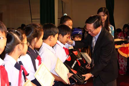 Trao tặng 335 suất học bổng đến học sinh nghèo hiếu học Đồng Nai