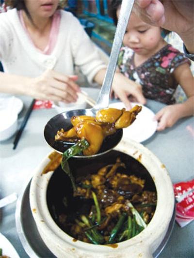 Thịt ếch nấu chín kỹ mới nên ăn. Ảnh: Saphia Thu