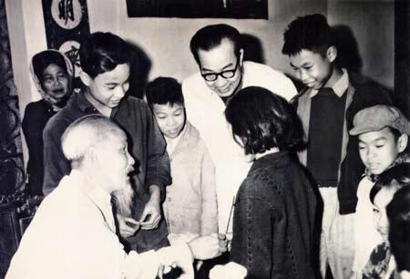 GS. Nguyễn Văn Chung (người đeo kính) trong 1 lần gặp bác Hồ