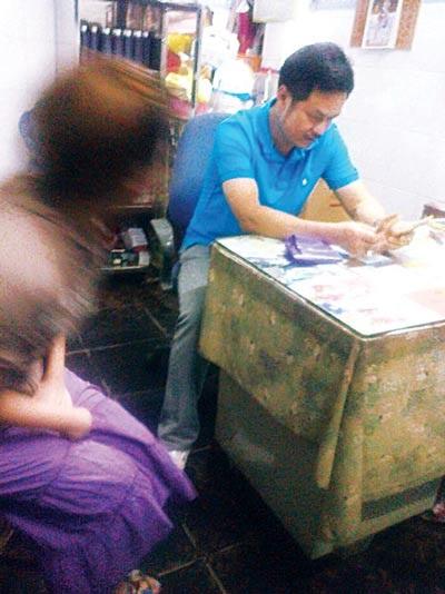 Ông Lâm đang khám cho một bệnh nhân