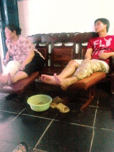 Nhiều bệnh nhân đang bó thuốc tại nhà ông Lâm