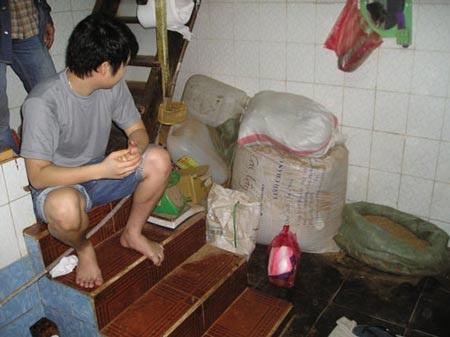 Khu vực đóng gói thuốc ở gần cầu thang, nhà vệ sinh