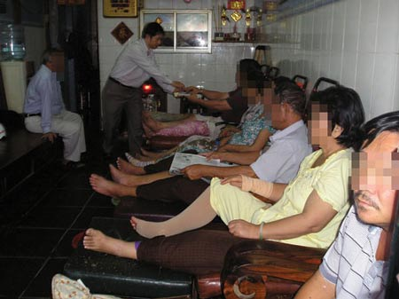 Bệnh nhân tới bó thuốc tại cơ sở 302 Đỗ Ngọc Thạnh