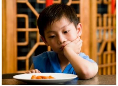 Trẻ bị nhiễm giun sẽ chán ăn và dễ rối loạn tiêu hóa