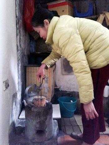 Đốt bếp than tổ ong rồi cho vào nhà đóng cửa sưởi ấm là vô tình đưa thần chết vào nhà.