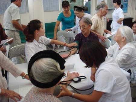 Cần thường xuyên khám chữa bệnh cho người cao tuổi tại các trung tâm, viện dưỡng lão