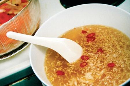 Nên rót trực tiếp ra bát hoặc dùng thìa sạch lau khô để múc nước mắm