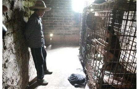 Wu Yuanhong bị nhốt trong chiếc lồng chật hẹp này hơn chục năm
