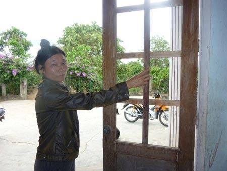 Cửa kính nhà bà Trần Thị Kiệm bị ông Sơn đập phá.