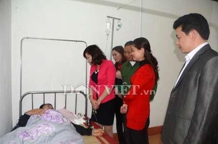 Bạn bè và đồng nghiệp đến thăm hỏi động viên thầy Sáng tại bệnh viện.