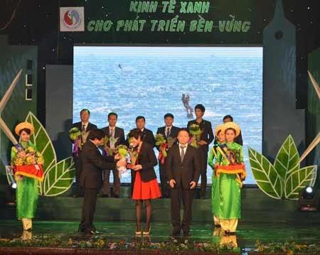 Đại diện Ajinomoto Việt Nam nhận danh hiệu Doanh nghiệp kinh tế xanh 2013)