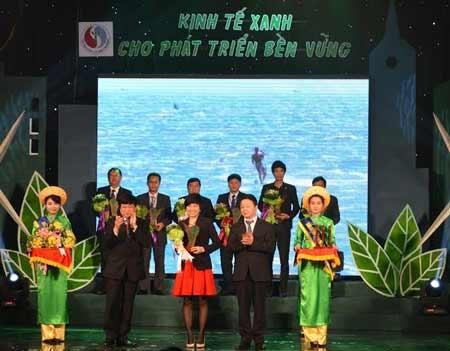 Đại diện Ajinomoto Việt Nam nhận hoa và kỷ niệm chương Doanh nghiệp kinh tế xanh 2013