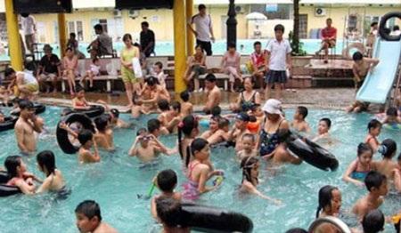 Người lớn trẻ em chen chúc nhau trong bể bơi (ảnh ANTĐ)