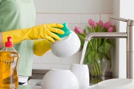 Nên sử dụng găng tay khi tiếp xúc với nước tẩy rửa. Ảnh minh họa: KT