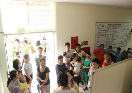 Hà Nội: Hết vắc xin sởi sau khi đến lượt khám!