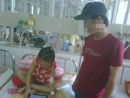 Bé T. đang còn được theo dõi điều trị tại Bệnh viện Nhi đồng 1.